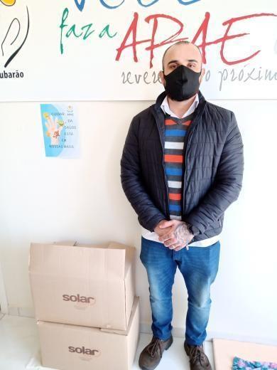José Carlos doando alimentos para a APAE