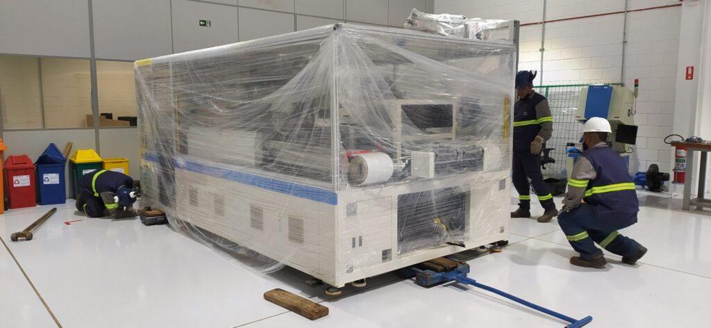 Chegada das máquinas no laboratório da BYD